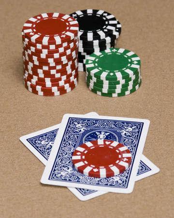 texas hold em: Desconocido cartas tapadas en un Texas Hold em juego.