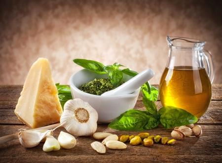 aceite de oliva: Pesto siciliano ingredientes en la mesa de madera