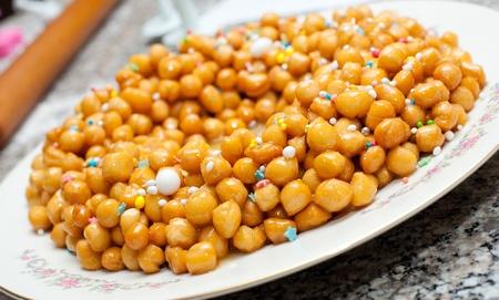 napoletana: Napoletana struffoli con il miele nel piatto