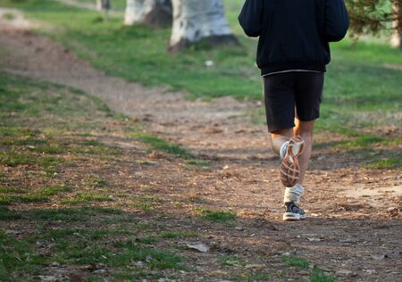 cross country: Hombre corriendo a campo traviesa en el rastro