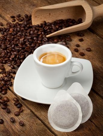 Kávéscsésze hüvelyben rusztikus asztal