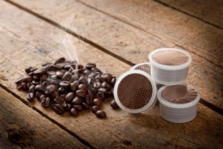 tasse de caf�: Dosettes de caf� sur la table en bois