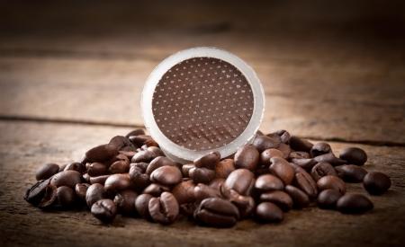 cacao: Las vainas del café en la mesa de madera