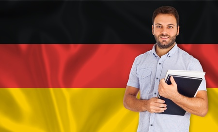 translate: Joven estudiante sonriente aprende el idioma alemania