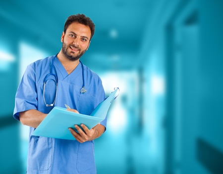 estudiantes medicina: Apuesto joven m�dico en el hospital Foto de archivo
