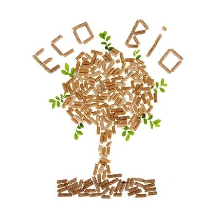 biomasa: Árbol de pellets de madera en el fondo blanco con hojas