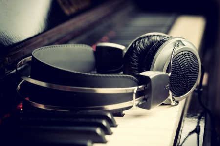 musica clasica: Teclado de piano con auriculares para la m?sica Foto de archivo