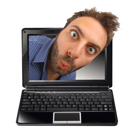 노트북에 놀란 된 표정으로 어린 소년
