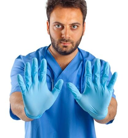 Main de l'homme avec des gants chirurgicaux bleus