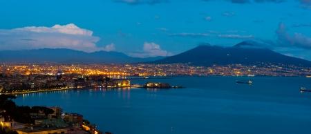 noche: La mejor vista del golfo de Nápoles por la noche Foto de archivo