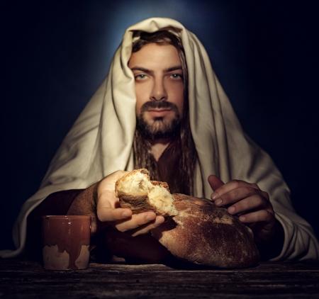 Het laatste avondmaal, Jezus breekt het brood.