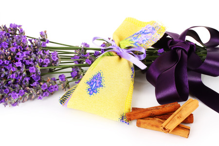 sachets: Bolsitas perfumadas de lavanda en el fondo blanco Foto de archivo