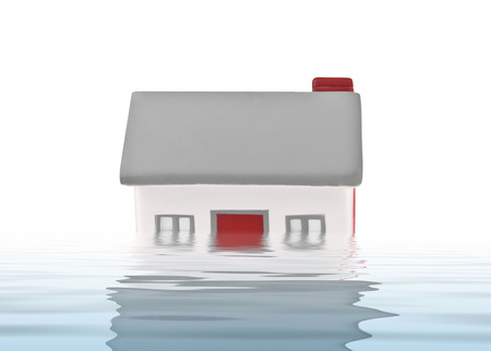 sumergido: Modelo de la casa de pl�stico sumergido bajo el agua en el fondo blanco