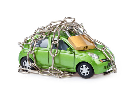 Seguridad del vehículo con candado y cadena en fondo blanco Foto de archivo