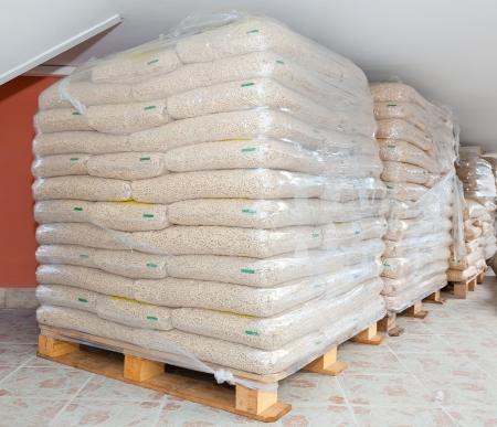 Palettes de pellets de bois dans des sacs en plastique Banque d'images