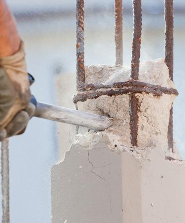 presslufthammer: Arbeiter brechen Stahlbeton mit Presslufthammer auf einer Baustelle Lizenzfreie Bilder