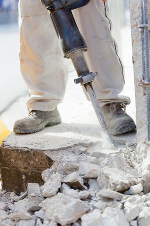 presslufthammer: Arbeiter brechen Stahlbeton mit Presslufthammer auf der Baustelle