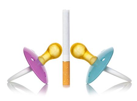fondo para bebe: Concepto de humo con chup�n para beb�s en el fondo blanco.