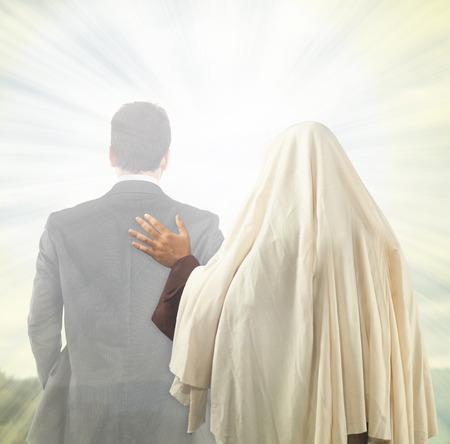 Jezus Christus begeleidt de ziel van een mens in de richting van het Koninkrijk der Hemelen Stockfoto