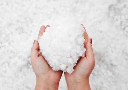 cabizbajo: Los granos peque�os de granizo en las manos