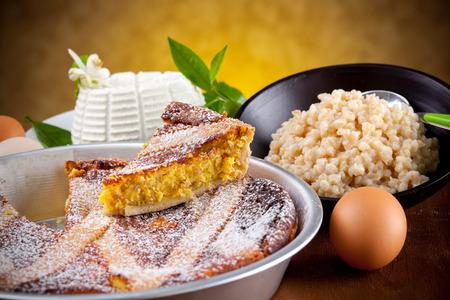 napoletana: Pastiera napoletana con ingredienti sul tavolo in legno