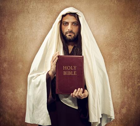 holiday prayer book: Jes�s muestra la Santa Biblia en viejo fondo de color beige