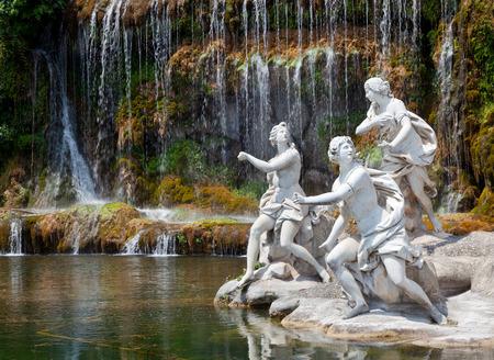 ディアナとアクタイオンと大きな滝の噴水。カゼルタの庭の王宮でのニンフの神話の彫像。 写真素材