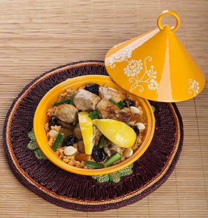 タジン、モロッコ料理、クスクスとチキンとレモンのコンフィ。 写真素材