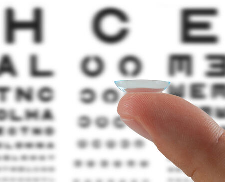 lentes de contacto: Lente de contacto en el dedo sobre la mesa para la vista comprobación