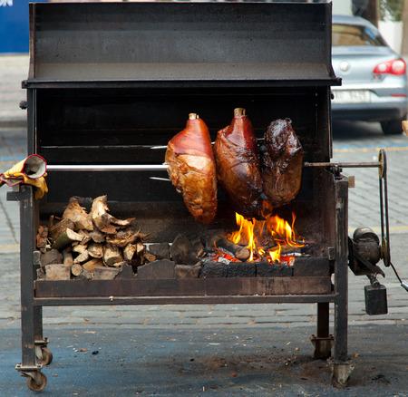 poele bois: Porc cuisine sur un po�le � bois dans la rue de Prague.