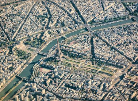 エッフェル塔とパリの飛行機から空撮。 写真素材