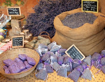 sachets: Flores de lavanda y bolsitas llenas de lavanda seca en el mercado.