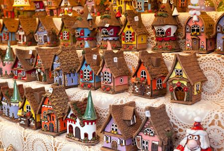 小型の複製物の販売の家クリスマス マーケットで典型的なドイツ語。 写真素材