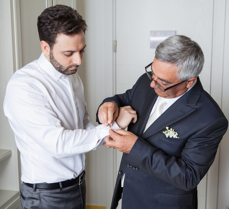 Jonge Italiaanse bruidegom met zijn vader voor het huwelijk Stockfoto
