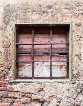grate: Vecchia finestra con inferriate di una casa in Toscana.