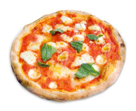 Pizza Margherita met mozzarella, tomaten en basilicum op een witte achtergrond.