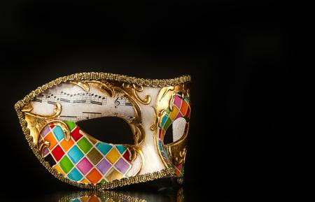 arlecchino: Veneziano maschera stile arlecchino isolato su sfondo nero.