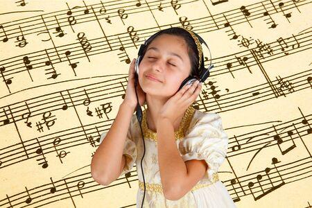 pentagramma musicale: Giovane ragazza in abito antico mentre si ascolta la musica con le cuffie su sfondo pentagramma. Archivio Fotografico