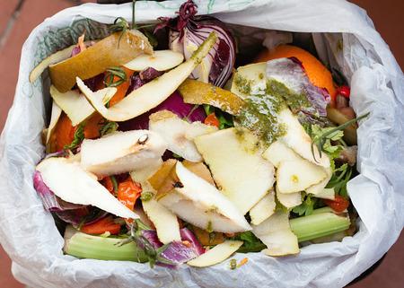 Szerves hulladék komposzt zöldségek, gyümölcsök és változatos ételek. Stock fotó