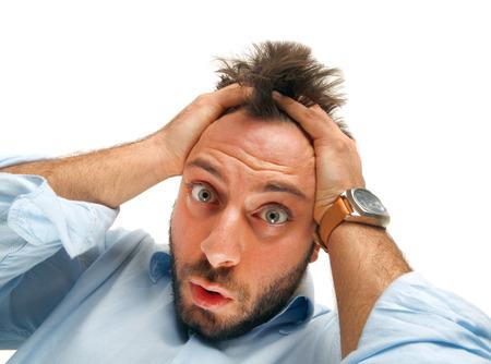 重点を置かれた男うち、クレイジー顔表情、白で隔離される彼の髪を引き裂きます。 写真素材