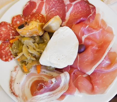 carnes y verduras: Antipasto italiano de carnes, verduras y mozzarella de bufala.