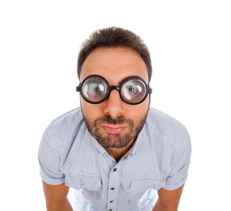 Młody człowiek z zaskoczony wypowiedzi i grube okulary na białym tle.
