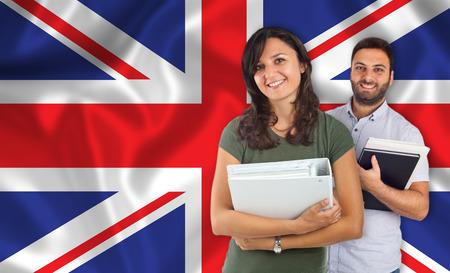 drapeau anglais: Couple de jeunes étudiants avec des livres sur French flag