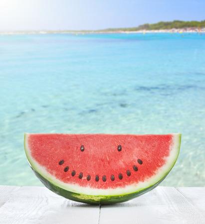 해변에 웃는 얼굴을 만드는 씨를 가진 수박의 조각