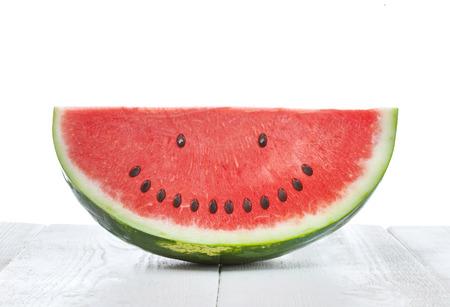 lächeln: Scheibe Wassermelone mit Samen, die ein lächelndes Gesicht zu machen Lizenzfreie Bilder