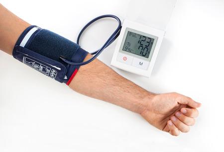 hipertension: Comprobación de la presión arterial con un moderno equipo digital  Foto de archivo