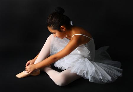 danza clasica: Joven bailarín de ballet aislado sobre fondo negro Foto de archivo