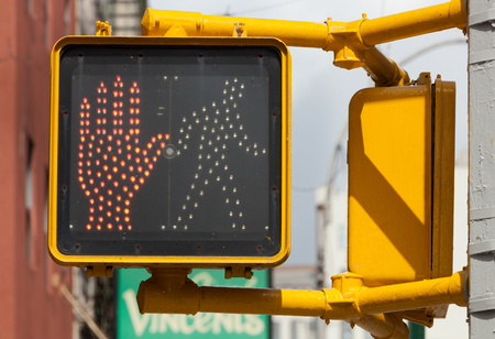 交通: ニューヨークのトラフィック ライト、歩いてはいけません。歩行者の一時停止の標識。