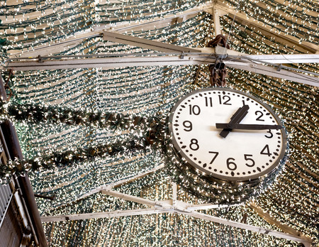 chelsea: Beautiful clock with lights inside Chelsea Market in New York