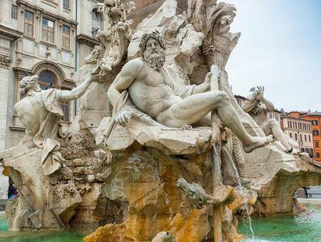 escultura romana: Estatua del dios Zeus en la fuente de Bernini de los Cuatro Ríos en la Piazza Navona, Roma. Detalle de la figura alegórica Ganges.